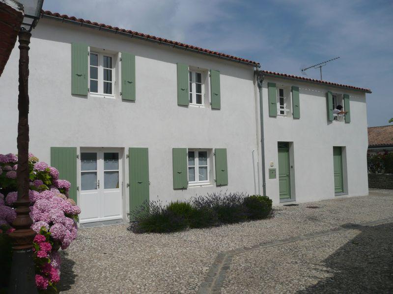 Location ile de r petite maison neuve au coeur du village for Petite maison neuve