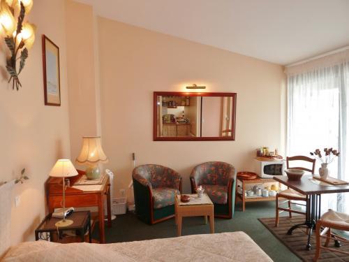 chambre d 39 hotes ile de r une grande chambre moderne dans un cadre de charme. Black Bedroom Furniture Sets. Home Design Ideas