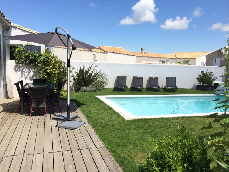 Location ile de r entre les vignes et l 39 oc an maison for Piscine bois chauffee