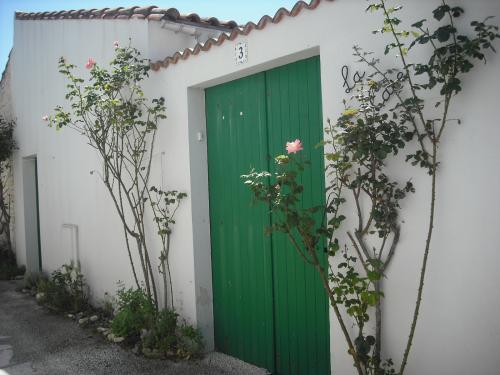 Location ile de r petite maison r taise au coeur de la for Venelle salon
