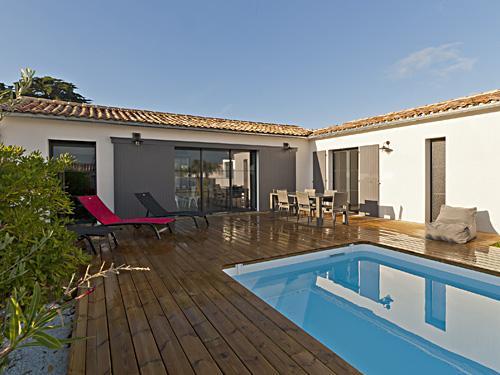 Location ile de r villa des pouzereaux for Maison en u avec piscine