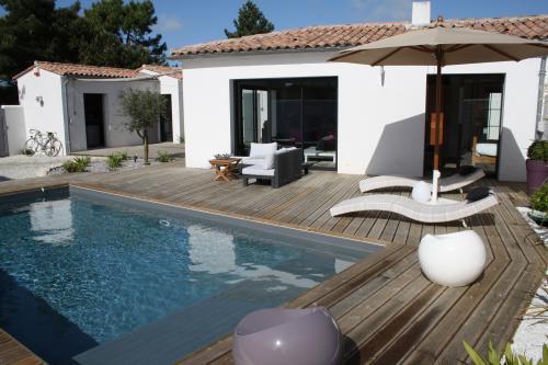 plage piscine gallery of le bois composite est trs rsistant with plage piscine amazing piscine. Black Bedroom Furniture Sets. Home Design Ideas