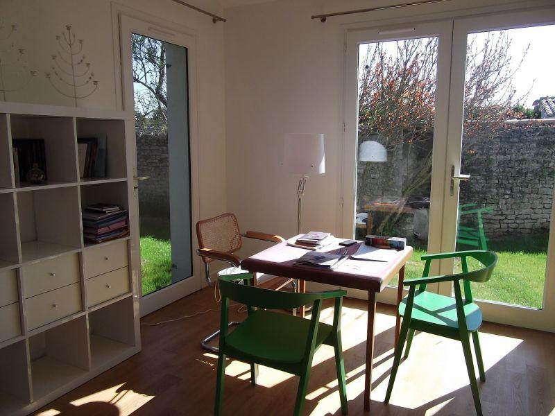 Location ile de r maison neuve centre village avec jardin for Venelle salon