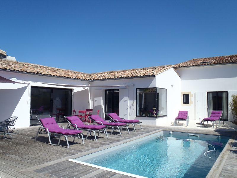 Location ile de r villa avec piscine chauff e for Piscine teck