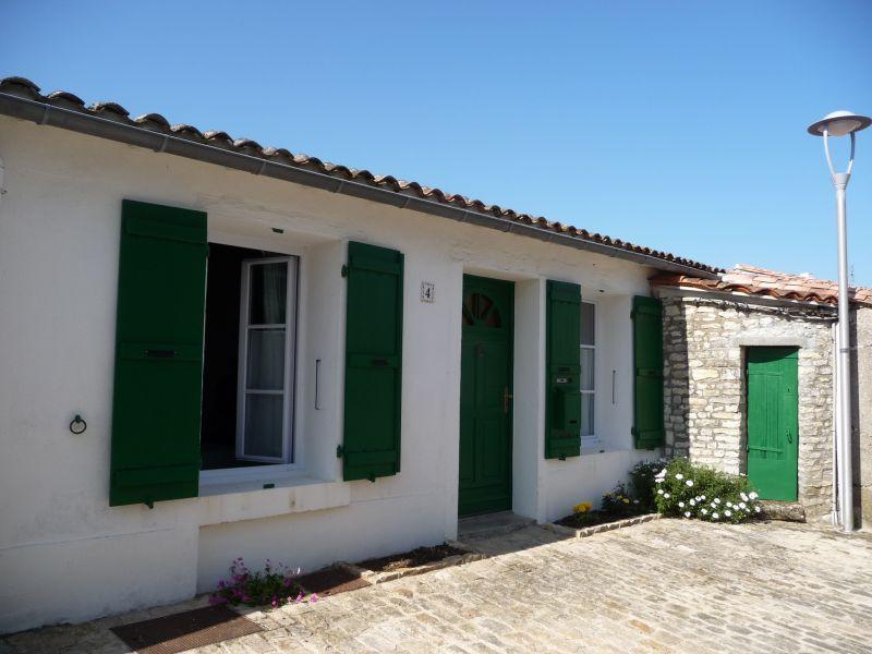 Location ile de r petite maison plain pied au c ur de la flotte dans une venelle fleurie - Petite maison de plain pied ...