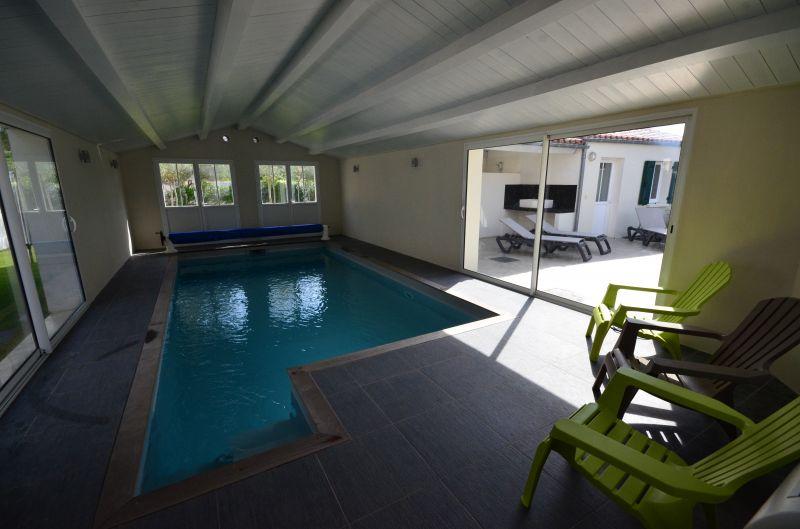 Location ile de r villa 12 personnes avec piscine for Maison piscine interieure location