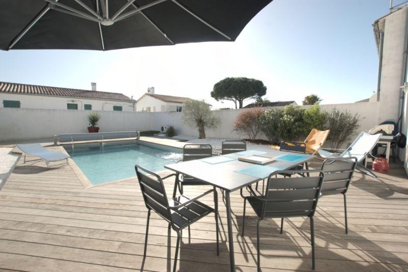 location ile de r agreable maison de vacances avec piscine pour 6 personnes a la flotte en re. Black Bedroom Furniture Sets. Home Design Ideas