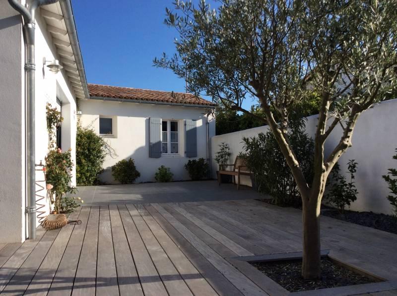 Location ile de Ré : maison contemporaine avec superbe terrasse en bois